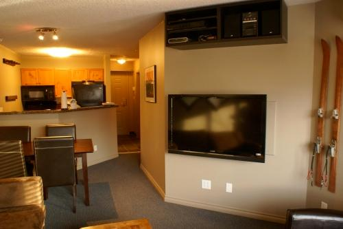 "46"" LCD TV with HDTV package, High Speed Internet, Netflicks, Apple TV, DVD & Stereo with iPod dock! - Great Reno! Village-1 Bedroom+2 Sofabeds, LCD HDTV - Whistler - rentals"