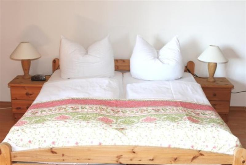 Master Bedroom (1) - Vacation Apartment in Garmisch-Partenkirchen - 344 sqft, beautiful backyard, amazing views, great location… - Garmisch-Partenkirchen - rentals