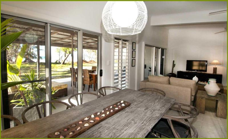 Comfortable dining - Stunning Beach-front House in Tropical Nth Qld - Mission Beach - rentals