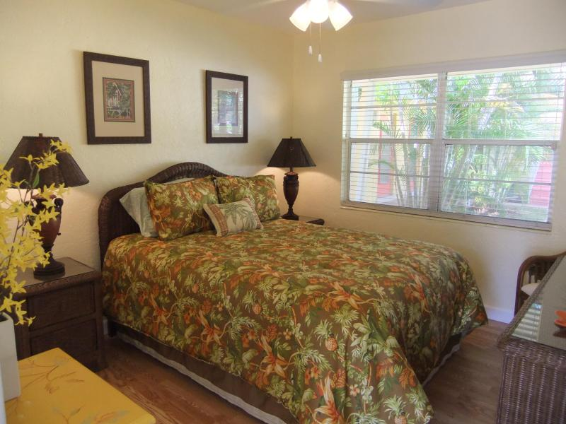 Quality queen size bed w Tommy Bahama linens. - Siesta Key Gem! Ebb Tide Villa #3 - Siesta Key - rentals