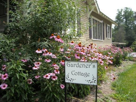 Romantic urban setting - Gardener's Cottage - Hendersonville - rentals