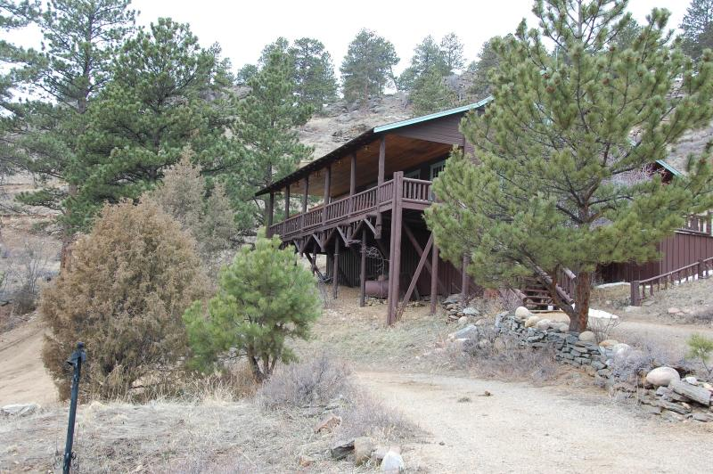 Mountain Hall sits on a mountainside hill with beautiful mountain views. Just 2 miles to downtown.  - Mountain Hall- Big porch,  HUGE 2 story great room - Estes Park - rentals