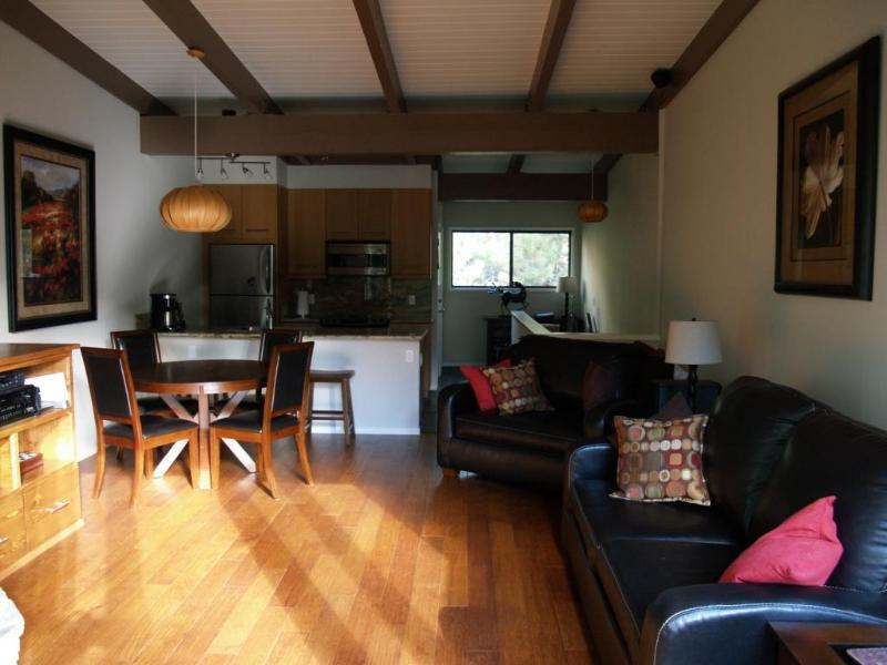 Upstairs living area - On shuttle to Village, Eagle, Canyon, free WiFi ! - Mammoth Lakes - rentals