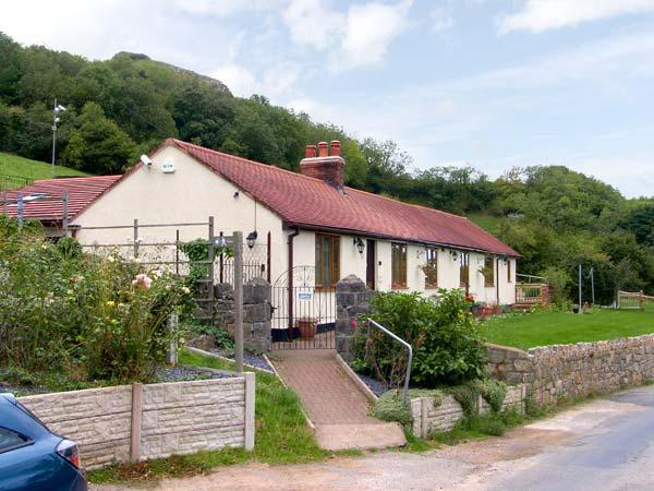 BRON BERLLAN UCHAF, family friendly, country holiday cottage, with a garden in Dyserth, Ref 10361 - Image 1 - Dyserth - rentals