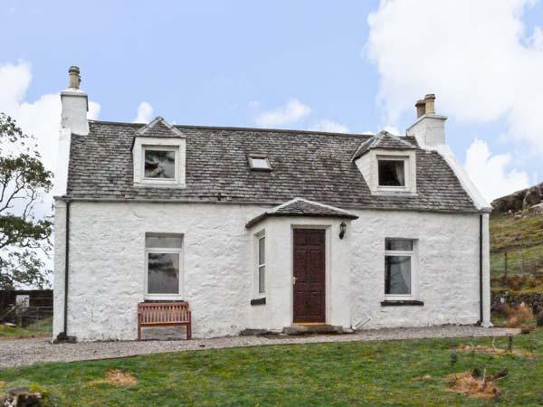THE GHILLIE'S COTTAGE, country holiday cottage, with a garden in Dunvegan, Isle Of Skye, Ref 7204 - Image 1 - Dunvegan - rentals