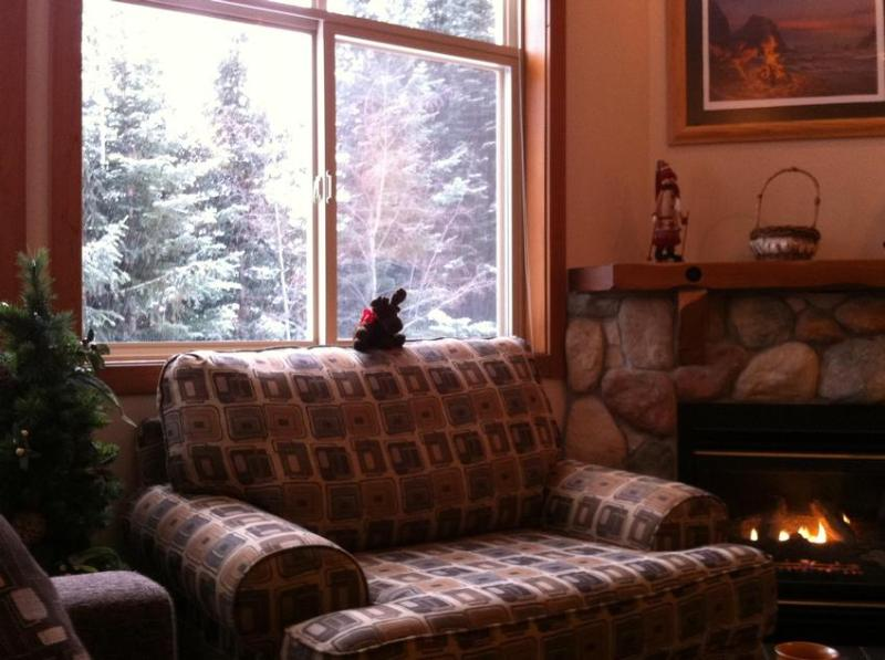 Welcome to our cozy living room with new furniture. - Elizabeth Walden - Sun Peaks - rentals