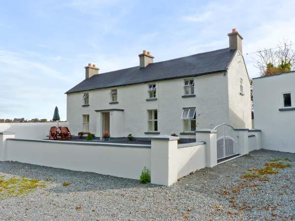 GRANGE FARMHOUSE, pet friendly, character holiday cottage, with a garden in Fethard-On-Sea, County Wexford, Ref 9772 - Image 1 - Fethard On Sea - rentals