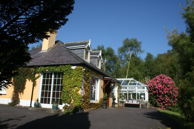 Front and side of Lodge - Golden Pond Lodge,  Luxury, 5 mins from village. - Killorglin - rentals