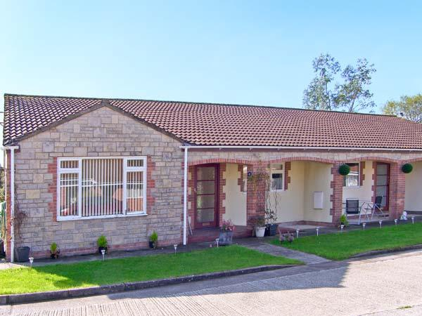 RUSSET, family friendly, country holiday cottage, with a garden in Burtle, Ref 9854 - Image 1 - Wedmore - rentals