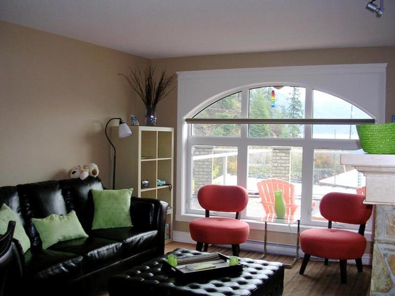 Living area - Karrys Cozy Kaslo Condo - Kaslo - rentals