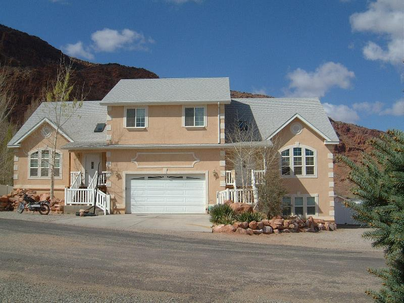 SOUTH SIDE is left, NORTH SIDE is right ONSITE PARKING above and below - Moab Retreat House - Arches National Park - rentals