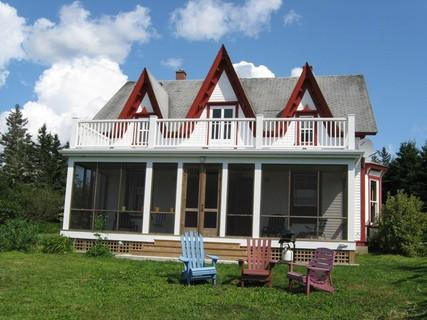 Peace and quite are guaranteed in this traditional Nova Scotia Farm House. On 20 acres of property, neighbours are few and far between. - Rockland Cottage - Rockland - rentals