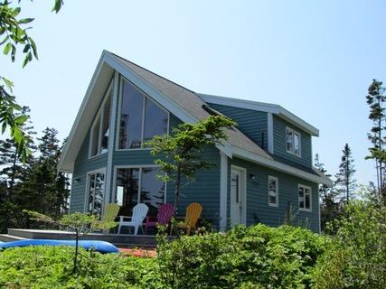 Ragged Island Retreat lies on the waters's edge at the end of a private wooded road. Totally seculded, on a peninsula with panoramic views over a protected inner bay that can't be reached by public road. - Ragged Island Retreat in Rockland, Nova Scotia - Lockeport - rentals