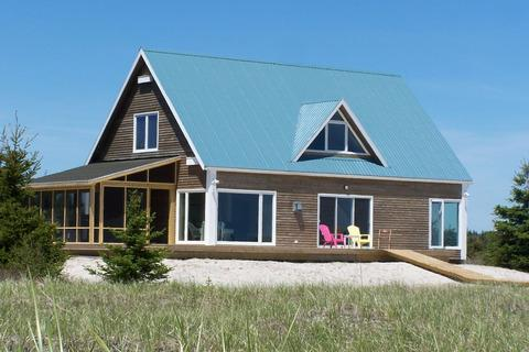 Sanderling Beach House is located at the end of Louis Head Beach in Shelburne County. The beach is practically deserted all the time - its the perfect spot for a Nova Scotia family vacation. - Sanderling Beach House - Louis Head - rentals