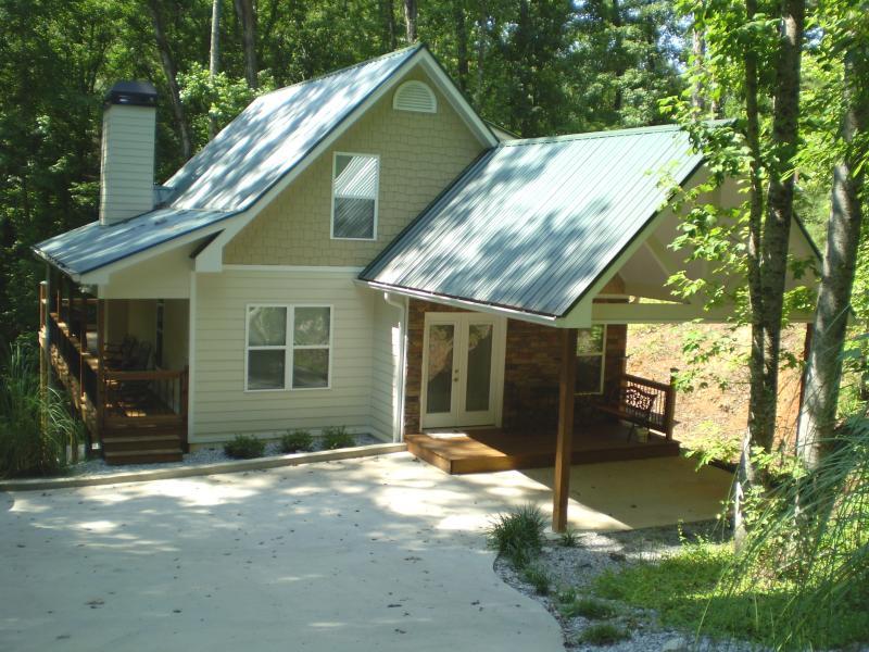 Alemaigne Haus - Summer - Walk to downtown Helen! Cabin w/Creek Near Water Park and Innsbruck Golf Resort - Helen - rentals
