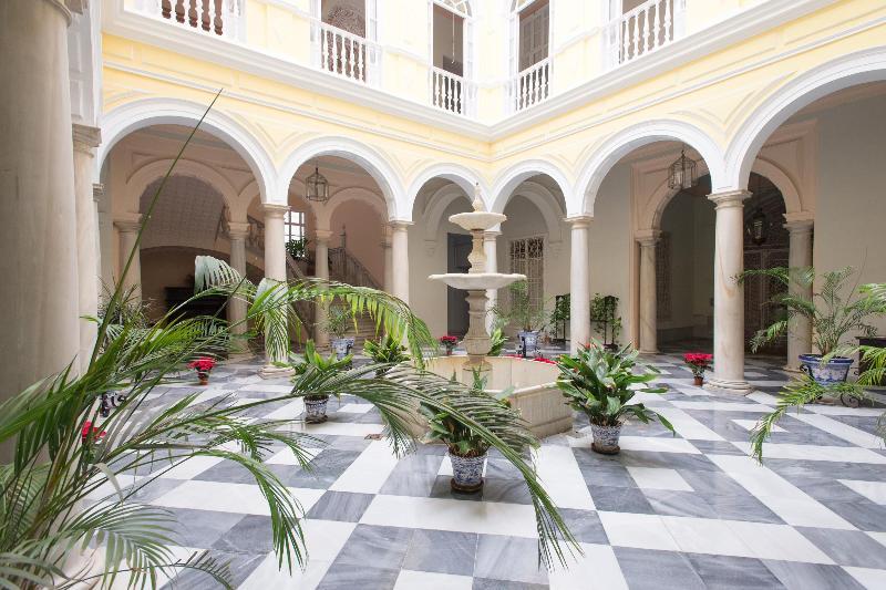 Patio Sevillano typical nineteenth century, main entrance - PALACE XIX CENTURY .LOVELY APARTMENT NEAR CATHEDR - Seville - rentals