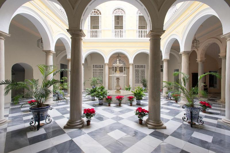 Central courtyard of the palace with marble floor and columns - PALACE XIX CENTURY .LOVELY APARTMENT NEAR CATHEDR - Seville - rentals