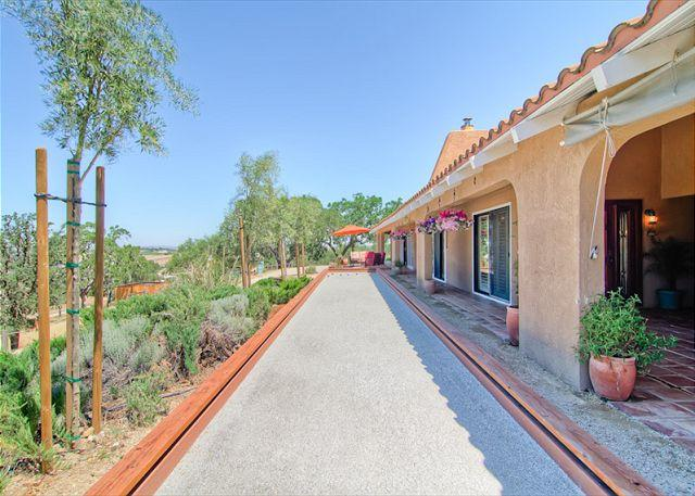 Front Yard with Bocce Ball - Gracious Hacienda in Paso Robles Wine Country - Templeton - rentals