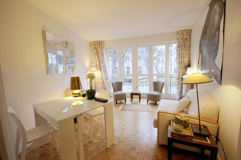 Living room with parquet floors - Vacation Rental at Elysees Avenue - Paris - rentals