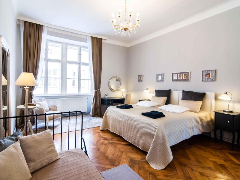 King size bed, boudoir and extra single bed in the Master bedroom - ElegantVienna - Sonata, steps from the Cathedral - Vienna - rentals