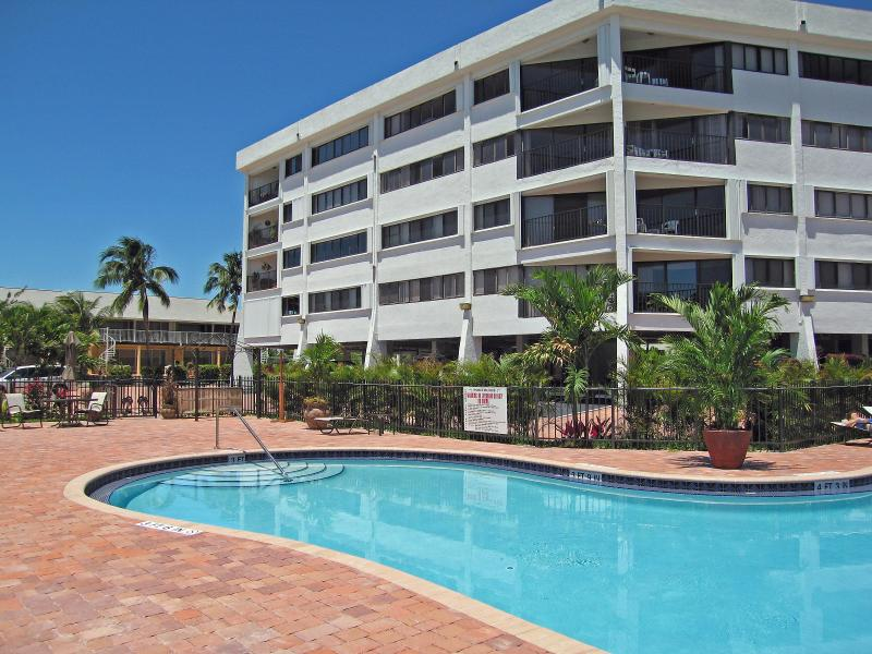 Kawama Tower (condo building) and pool - Vacation home by the ocean in the Florida Keys - Key Largo - rentals