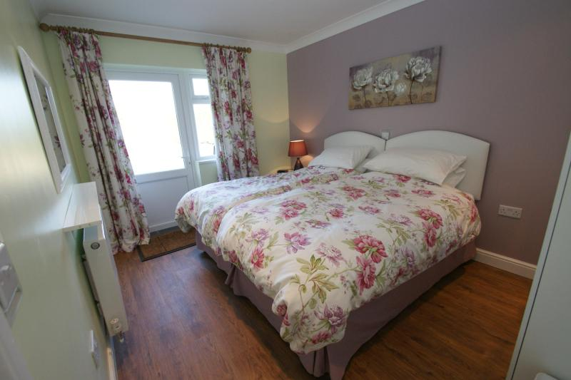 master bedroom superking bed - The Lodge - Peterborough - rentals