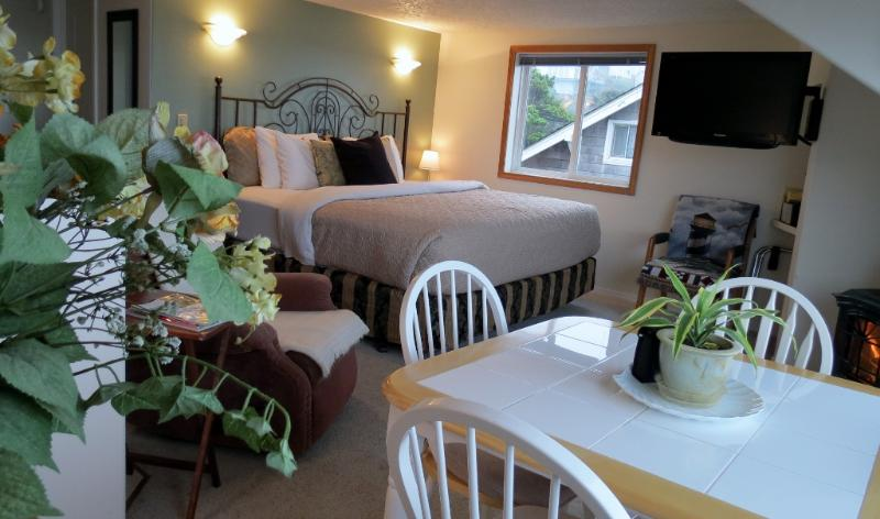 Sunset Paradise Suite 4 Comfy King size bed - Ocean View! Stair-Free Beach Access! Hot Tub! WiFi - Lincoln City - rentals