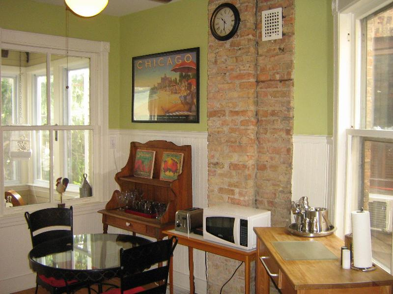 Full Kitchen looking out to the sunroom - Vintage historic 3 bedroom Chicago/Andersonville - Chicago - rentals