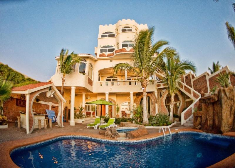 Oceanside outdoor living, with pool, jacuzzi, bathroom, outdoor shower, kitchen. - Sandcastle Villa Private Beachfront Resort - Mazatlan - rentals