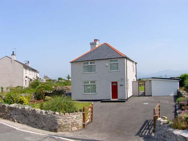 Y FRON, family friendly, country holiday cottage, with a garden in Newborough, Ref 10155 - Image 1 - Newborough - rentals