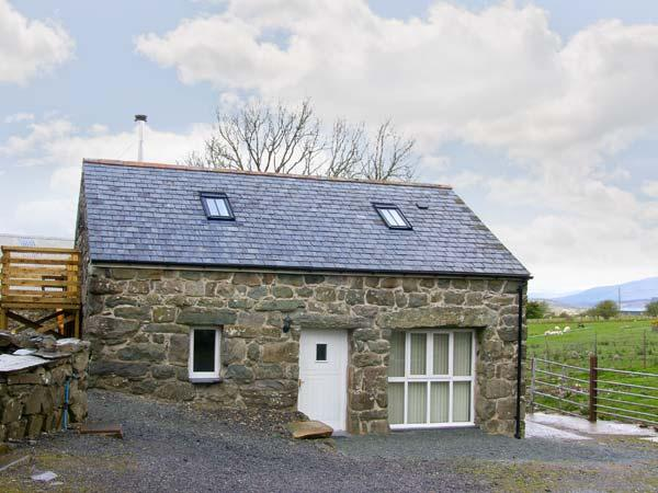 HENDRE COTTAGE, family friendly, character holiday cottage, with a garden in Trawsfynydd, Ref 8853 - Image 1 - Trawsfynydd - rentals