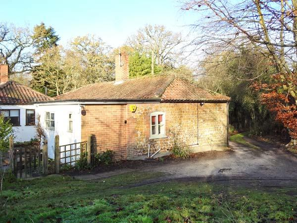 GAMEKEEPER'S COTTAGE, pet friendly, country holiday cottage, with hot tub in Bawsey, Ref 10038 - Image 1 - King's Lynn - rentals