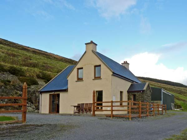 CARRAIG VIEW, pet friendly, with a garden in Ballinskelligs, County Kerry, Ref 9878 - Image 1 - Ballinskelligs - rentals