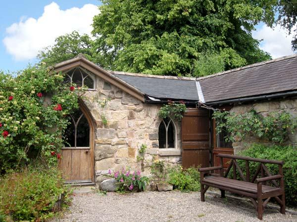 THE ARCH, romantic, character holiday cottage, with open fire in Pant Glas, Ref 8589 - Image 1 - Heart of England - rentals