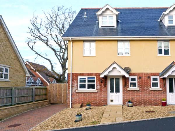 21 MILLWAYS, family friendly, with a garden in Freshwater, Isle Of Wight, Ref 11895 - Image 1 - Freshwater - rentals