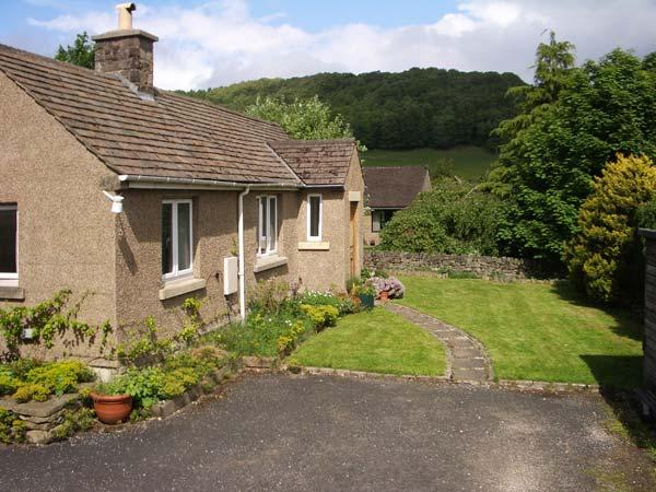 PIPPIN COTTAGE, family friendly, country holiday cottage, with a garden in Eyam, Ref 12546 - Image 1 - Eyam - rentals