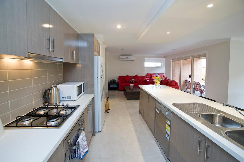Modern Designed Kitchen - Villa BOXGRASS Melbourne - Sleeps 12 GREAT RATES - Melbourne - rentals