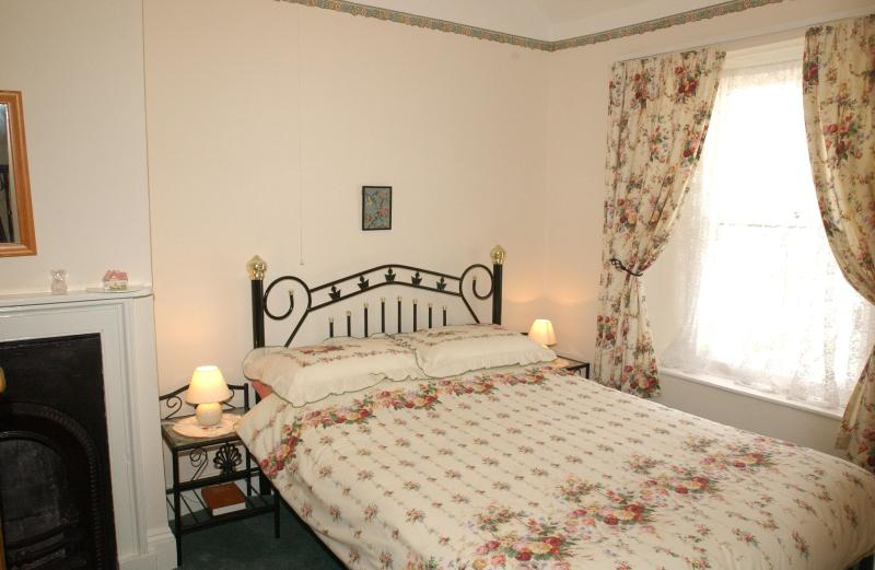 Master Bedroom - Tenby 4 star self catering cottage close to beach. - Tenby - rentals