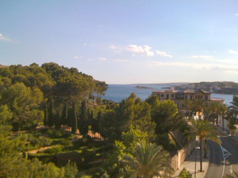 View of the sea and lush gardens from the balcony - Marivent seaview apartment - Palma de Mallorca - rentals