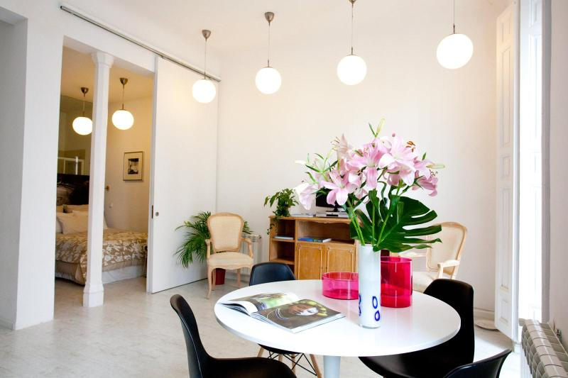 stunning bright space: 3.4 meter high ceilings - IMMACULATE! The WHITE LOFT, 2br central CHUECA - Madrid - rentals