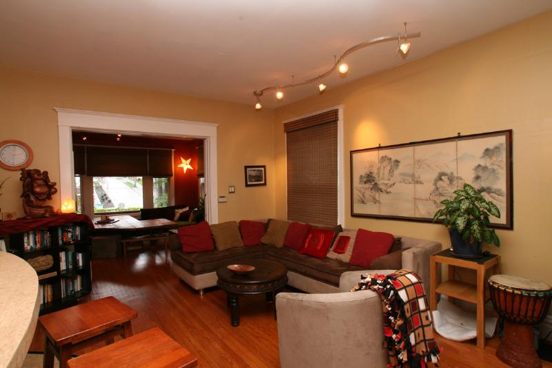Comfy Living Room Designed for Mingling - In City -Sleeps 10, Chef's Kitchen, Hot Tub & More - Seattle - rentals