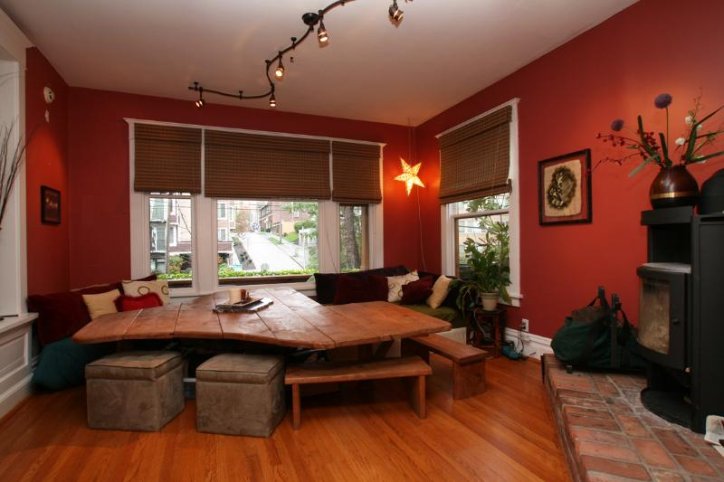 Funky Fun 12 Person Table with Cozy Fireplace. The Day Bed is Full Sized Bed - In City -Sleeps 10, Chef's Kitchen, Hot Tub & More - Seattle - rentals