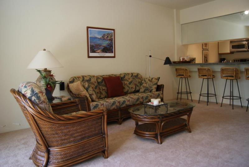 Living Room with stools at oversized eating bar - Beautiful 1 bedroom in Wailea - Arrive 4/8 - 4/12 - Wailea - rentals