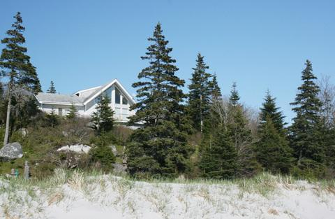 Perched on at the top of a rock outcrop, Harbour Breeze Cottage enjoys a panoramic view of the beach and the bay. - Harbour Breeze Cottage - Port Joli - rentals