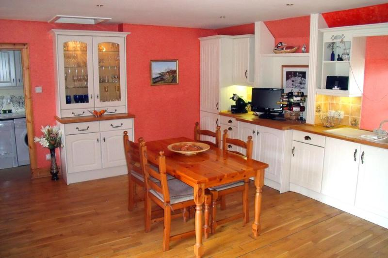 Black Isle Cottage Kitchen - 3 Bedroom Holiday Country Cottage Red Kites Fly By - Dingwall - rentals