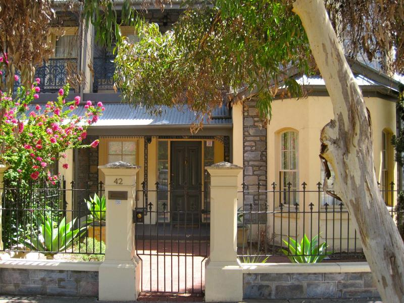outside - 3 BR. LUXURY TOWNHOUSE | NORTH ADELAIDE PARKLANDS - South Australia - rentals