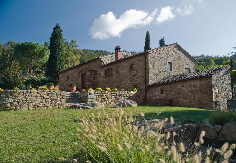 Front of Il Rifugio - 5 Bedroom Stone Farmhouse in Cortona - Cortona - rentals