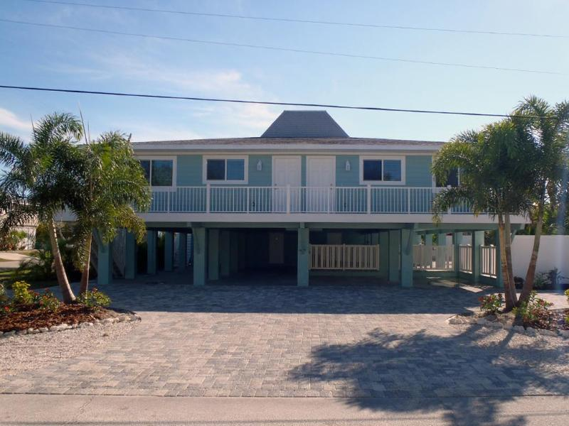 Palm Shores - exterior front view - Palm Shores Hotel Home - Steps to Holmes Beach - Holmes Beach - rentals