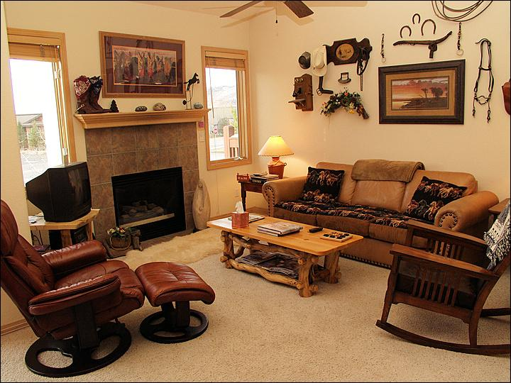 Living Room with Vaulted Ceilings, Leather Furniture, Fireplace, TV & DVD. - Incredible Rates, Great for 2 Families - Walk or Ride to Gondola Square (7189) - Steamboat Springs - rentals