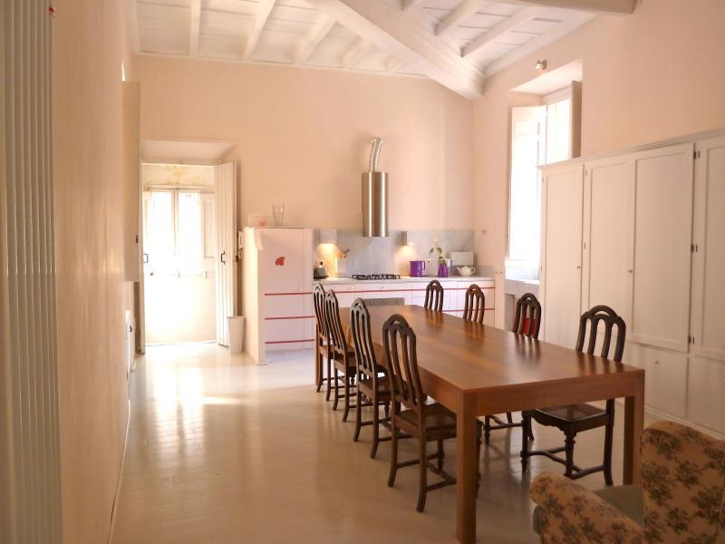 dining room, kitchen, entrance door - GrandOrsetto 3be3ba bright quiet 150m Pza Navona - Rome - rentals